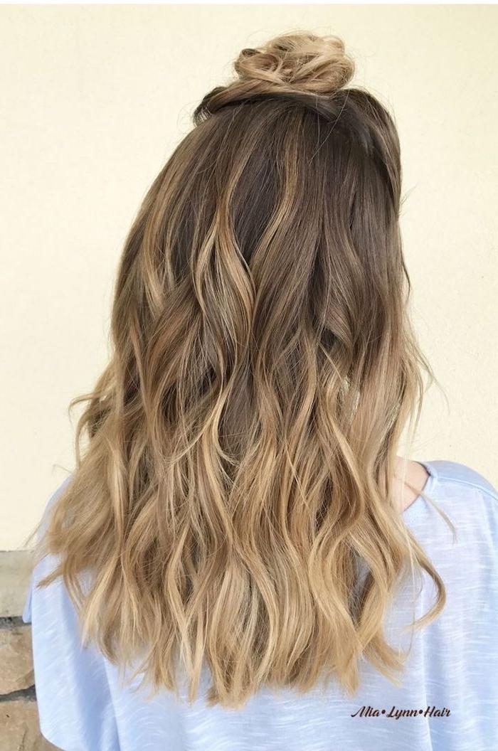 moderne frisur für lange haare, bun, gebundene haare am skalp, balayage, dezent und cool