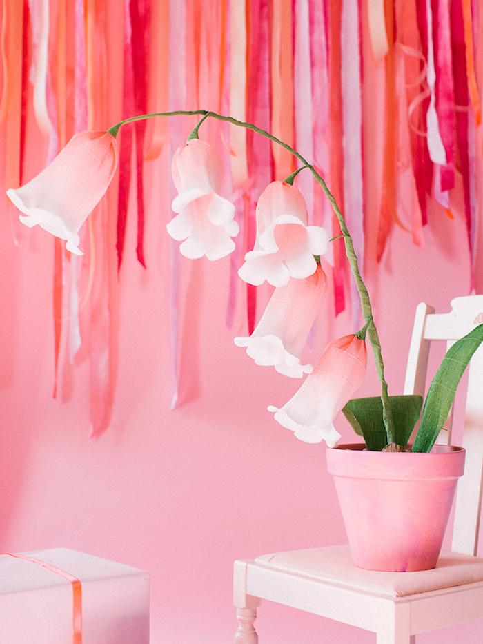 Papierblume in Blumentopf, kreative Bastelidee für Frühlingsstimung zu Hause, rosa Wände und Möbel