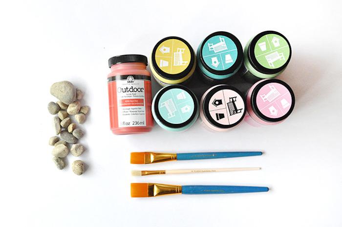 Kleine Steinchen bunt bemalen, dazu brauchen Sie bunte Acrylfarben und Pinsel