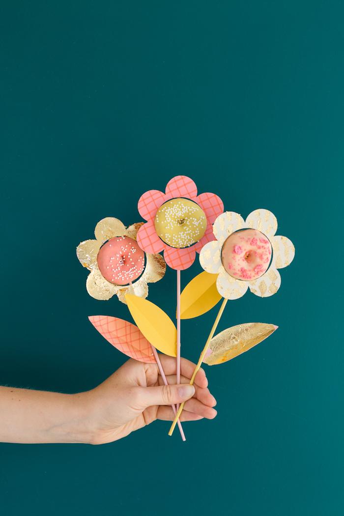 Tolles Geschenk für Kinder oder Erwachsene, Blüte aus Donut, Blütenblätter aus Papier, Stängel aus Strohhalm