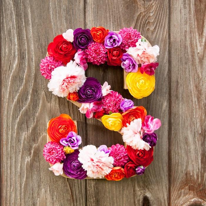 Buchstaben aus echten Blüten, DIY Idee für Frühlingsdekoration für Zuhause