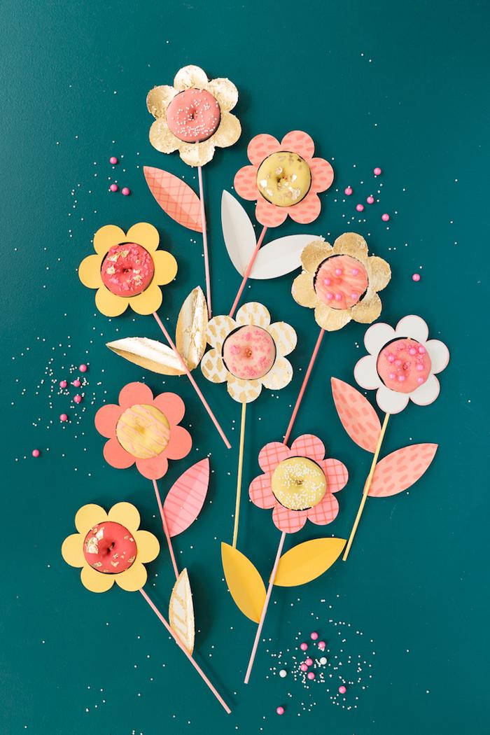 Süße Geschenkidee, Blumen selber basteln, Blütenblätter aus Papier, Stängel aus Strohhalm, Blüte aus Donut