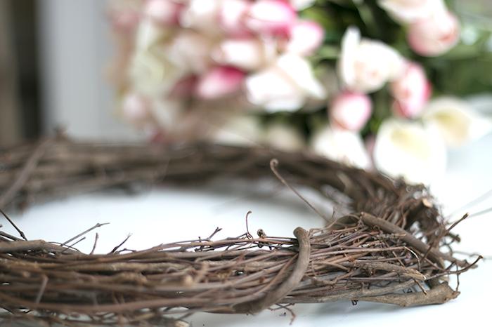 Blumenkranz für die Haustür selber machen, Weidenzweige biegen und mit echten Blüten verzieren