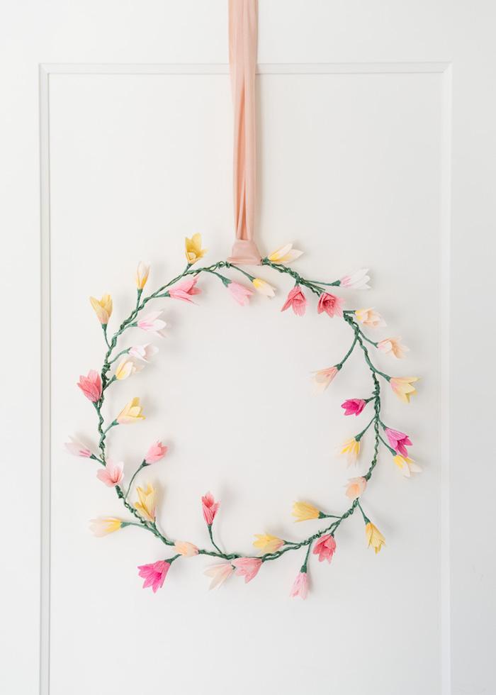 Blumenkranz selber basteln, Blumen aus Krepppapier, rosa Dekoband