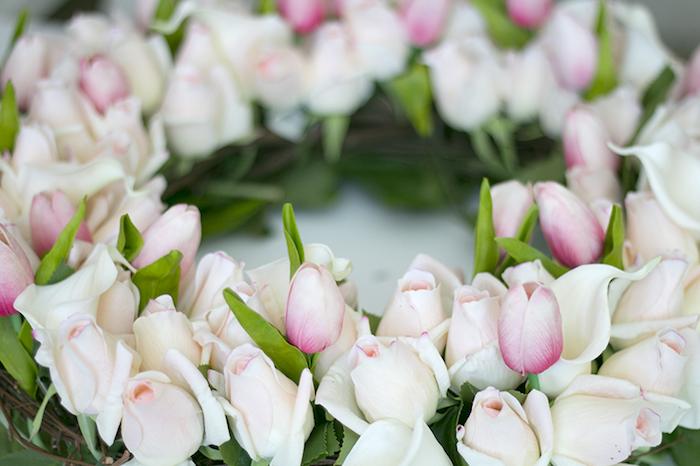 Türkranz mit weißen Rosen und rosafarbenen Tulpen, Kranz aus Weidenzweigen und echten Blüten