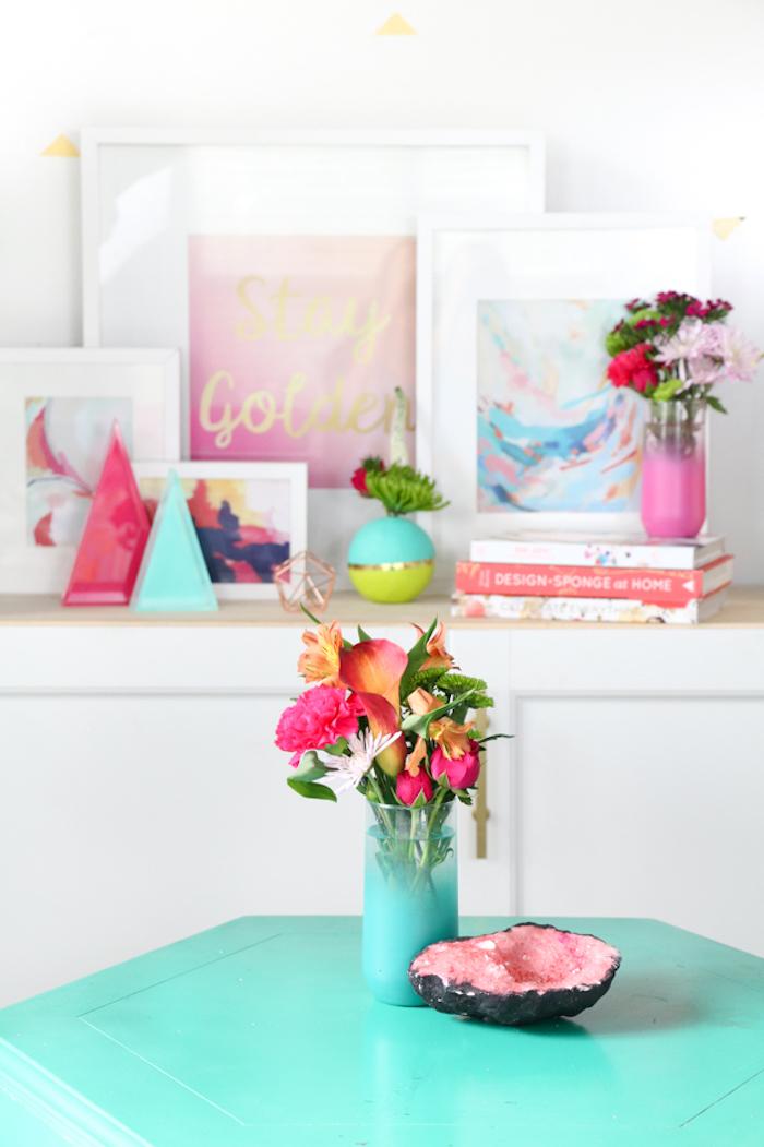 Blumenstrauß in blauer Vase, Pfingstrosen, Kalien und Nelken, Bücher und Gemälden im Hintergrund