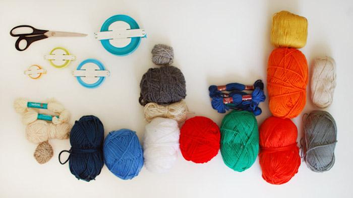 Materialien für DIY Mobile fürs Babyzimmer, buntes Garn, Schere und Pom-Pom Maker