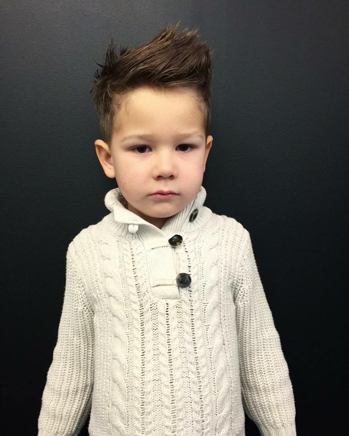 süßer kleiner Junge, mit struppigem Haar, Jungen Frisuren für Vierjährige