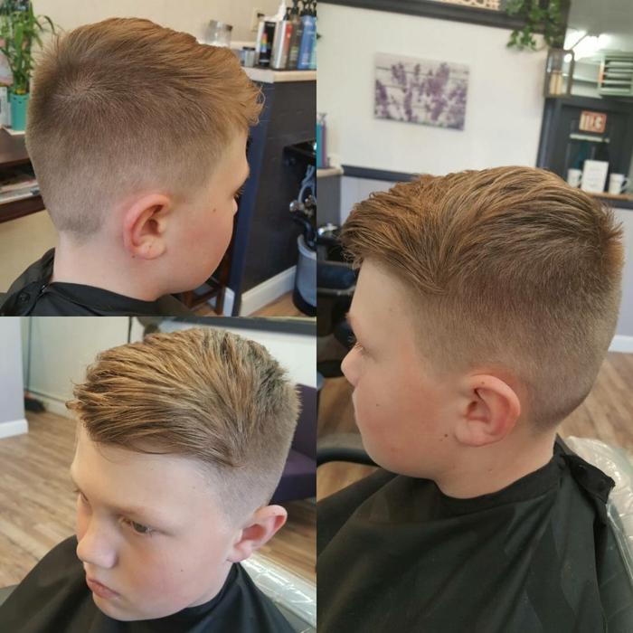 Jungen Frisuren, ein Beispiel für Undercut aus drei Ecken, braune Haare