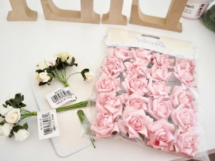 Materialien für DIY Kinderzimmer Buchstaben, kleine weiße und rosafarbene künstliche Rosen