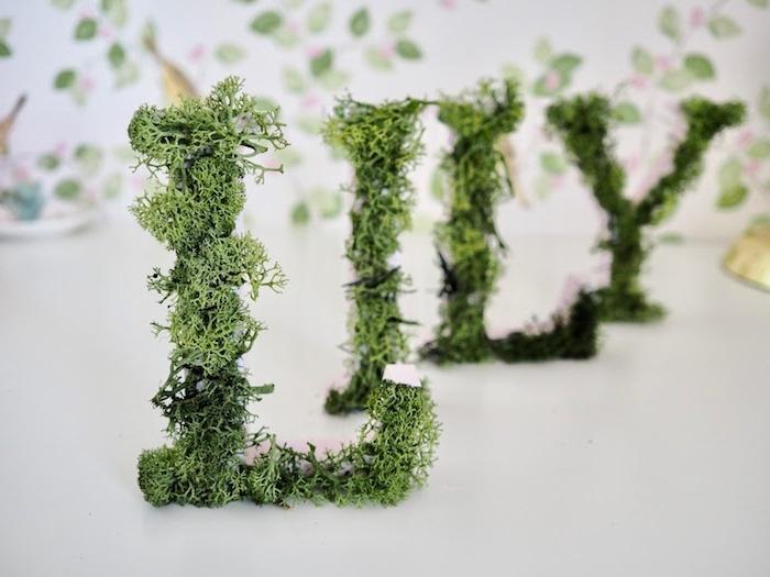 Pappmache Buchstaben mit künstlichem Moos verzieren, DIY Deko fürs Babyzimmer
