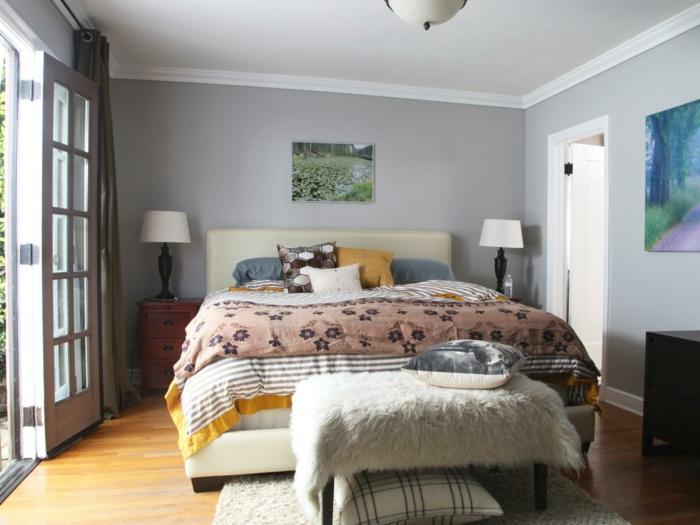 rosa Bettdecke, Schlafzimmer grau, ein grünes Bild von einer Wiese, silberne Kissen, viel natürliches Licht