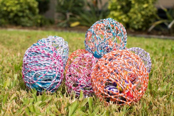 aus Ballonen bunte Eier kreieren mit Fäden und mit Ostereier befüllen, Ostergeschenke basteln