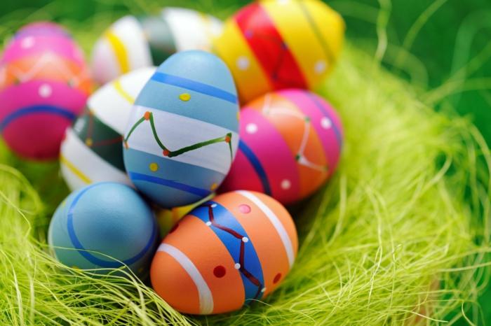 Ostereier färben in vielen Farben, gestreiften mit geometrischen Muster, in einem Nest