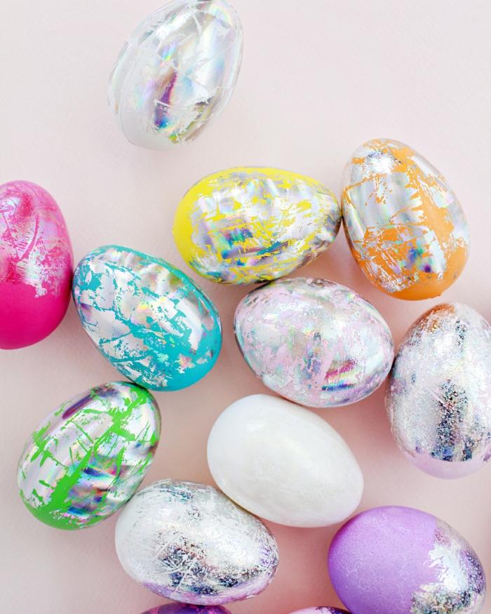 Ostereier natürlich färben, silberne Dekoration von Eier in vielen Farben