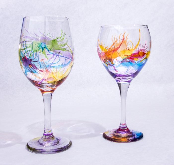 wie Jackson Pollak, bunte Flecken auf den Gläsern gießen, Glas verzieren