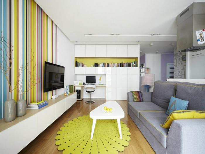 ein gelber Teppich, graues Sofa, ausgefallener Tisch, Wohnzimmer Ideen für kleine Räume