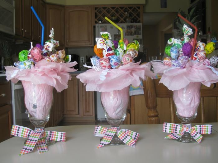drei Gläser mit rosa Papier gefüllt, Ostereier und Trinkhalme als Dekoration, Ostergeschenke basteln