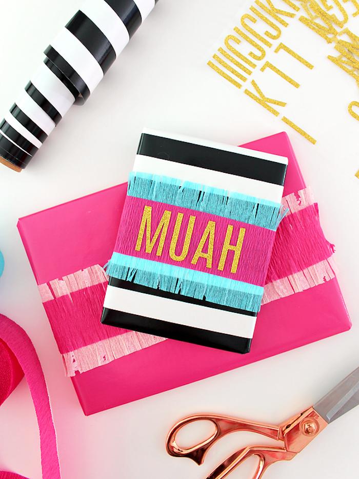 Scrapbook selbst gestalten, mit Aufschrift Muah, goldene Buchstaben, DIY Geburtstagsgeschenk