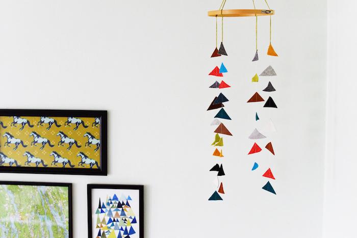 DIY Mobile fürs Babyzimmer aus Filz, bunte Dreiecke, drei Gemälde an der Wand