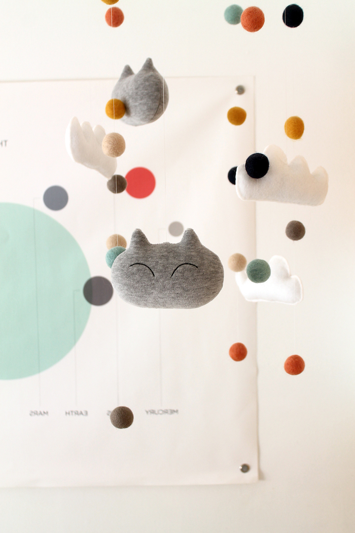 Mobile für Babyzimmer selber nähen, graue Katzen, weiße Wolken und bunte Kugeln