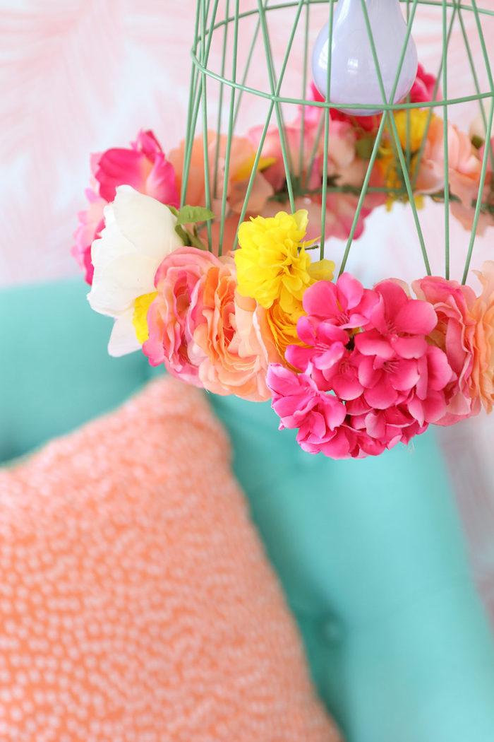 Lampenschirm mit künstlichen Blüten verzieren, Frühlingsdeko fürs Wohnzimmer