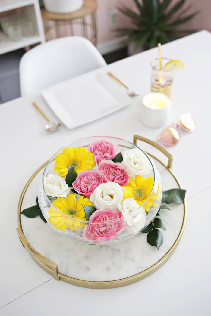 Weiße und rosafarbene Rosen, gelbe Gerbera in Schale, Tischdeko für fröhliche Frühlingsstimmung