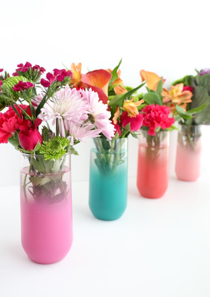 Chrysanthemen und Rosen in bunten Vasen, Frühlingsdeko für Zuhause selber machen