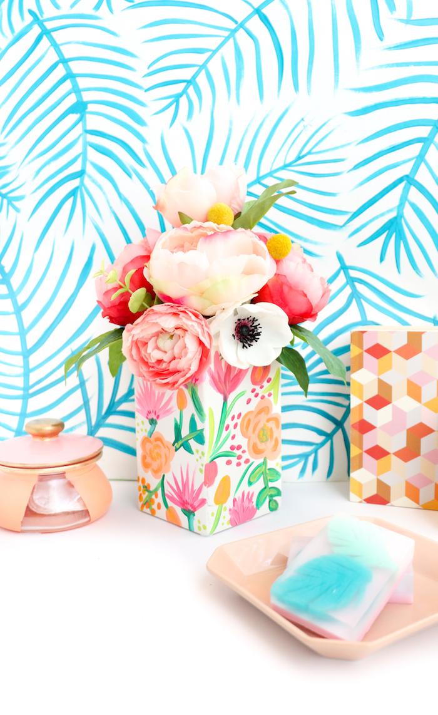 Weiße Vase selbst verzieren, Pfingstrosen in verschiedenen Farbnuancen, Idee für Frühlingsdeko