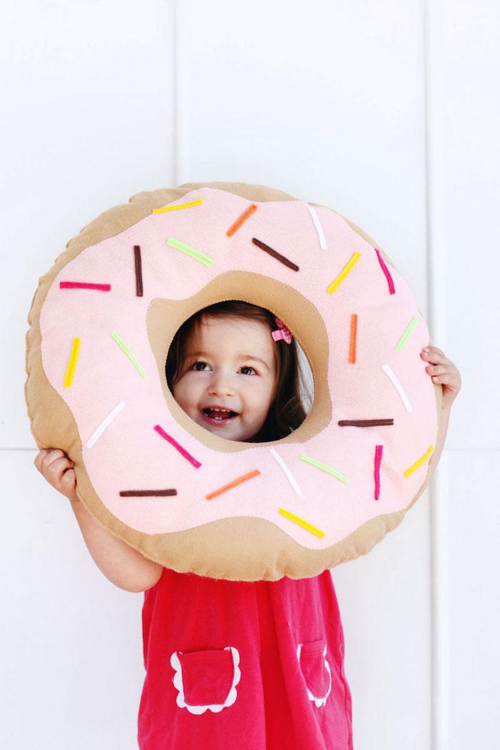 Donut Kissen, Deko fürs Kinderzimmer, süßes Mädchen mit rotem Kleid und schwarzem Haar