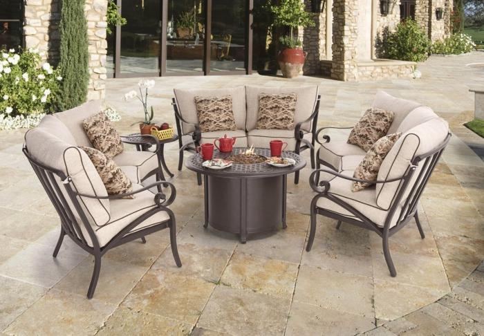 terrassenumrandung, haus, garten, sitzecke für empfänger und gäste, feuerstelle im tisch. bequeme sessel