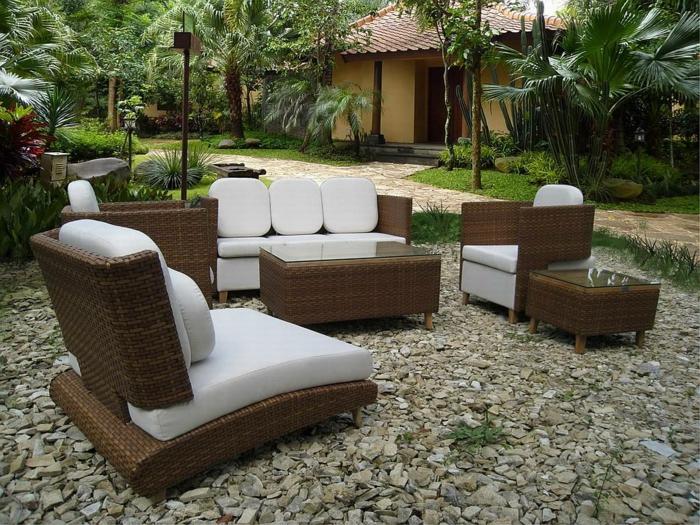 terrasse dekorieren ideen, rattan möbel designer ideen, splitt und kies auf terrassen, palmen, exotisches flair
