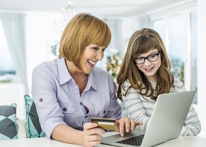 mutter und tochter kaufen zusammen ein, shoppen im internet teenager und mutter