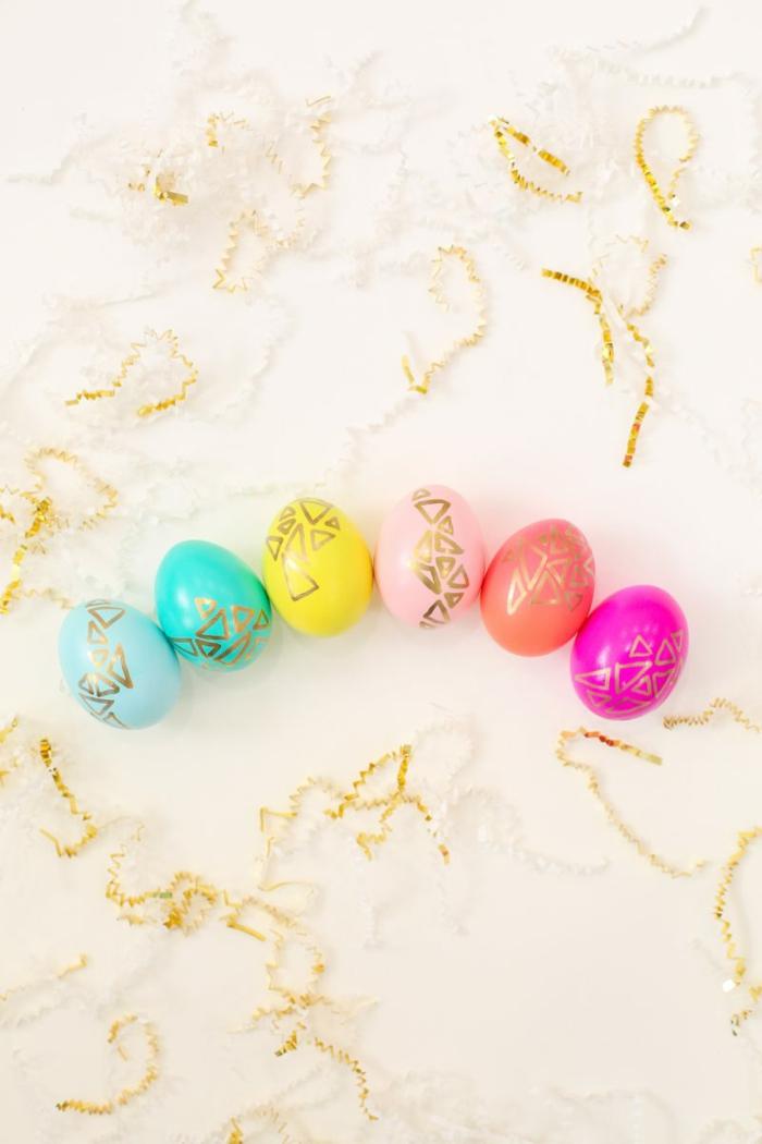 kleine Dreiecken auf Eier, Ostereier dekorieren in vielen Farben bemalen mit goldenem Filzstift