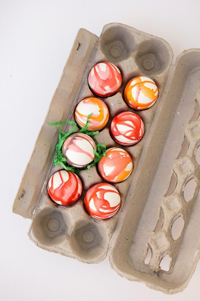 lassen Sie die gefärbten Eier in Eierkarton trocknen, Ostereier anmalen