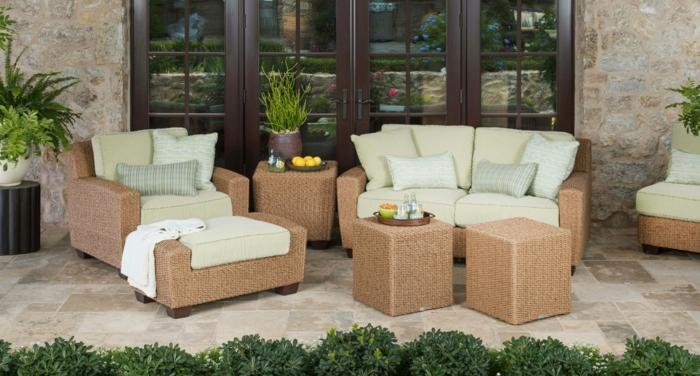 terrasse dekorieren, deko ideen, leseecke zu hause vor der tür, frische luft genießen, kissen