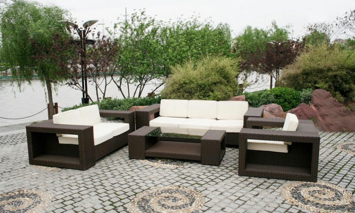 einfache einrichtung eies gartens, terrasse dekorieren, weiche sitzecke, sofa, sessel