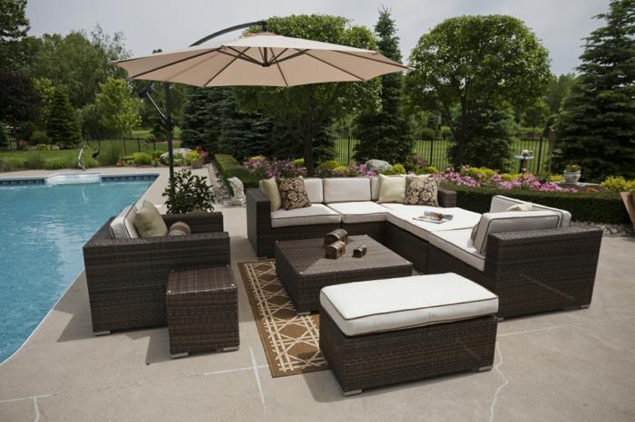 schöne terrasse dekorieren, pool, sitz und liegeecke am pool sonnenschirm, sommeraufenthalt, perfekter garten
