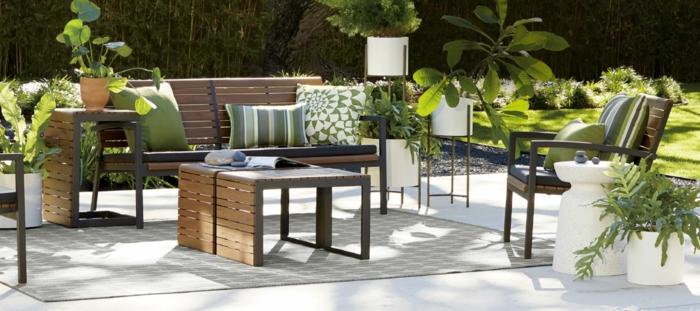 terrasse dekorieren mit einfachen elementen, kissen, einige lampen, grüne pflanzen, schlicht und effektvoll