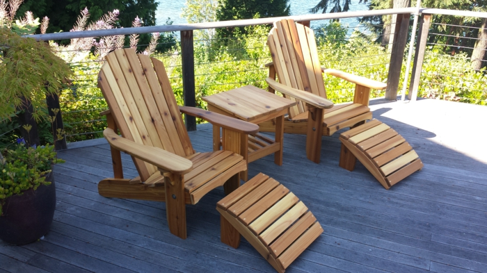 terrassen deko, liegestühle aus holz, modernes design, ideen grüne pflanzen designs