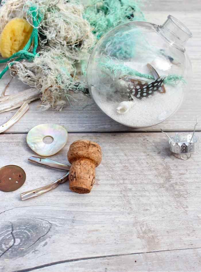 DIY Idee für kleines Hochzeitsgeschenk, Weihnachtskugel mit Sand, Muscheln und Federn füllen