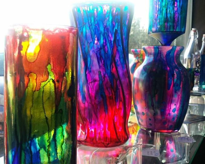 drei Vasen in knalligen Farben, verschiedene Flecken, Vasen bemalen