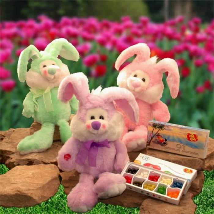 drei Hasen Plüschtiere, die Osterhase darstellen, kleine bunte Bonbons, Ostergeschenke basteln