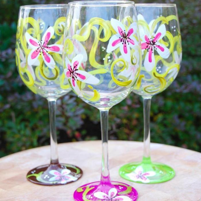 weiße Blumen und ihre grüne Blätter, Gläser verzieren zu einer Hochzeit