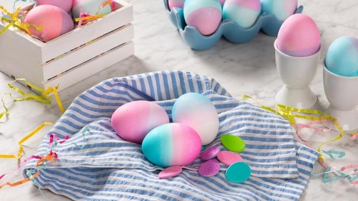 eier bemalen muster eier färben mit hausmitteln eier färben pasteltöne ombre effekt in rosa himmelblau auf einem tuch