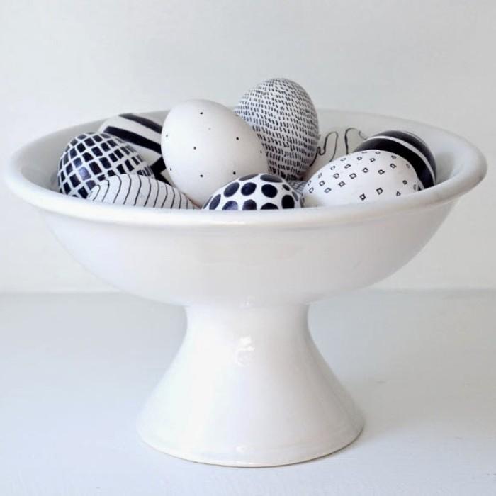 eier färben kinde eierfarben selber machen ostereier natürlich färben eier anmalen mit schwarzem filzstift muster selber machen beutel mit swarz weißen eiern