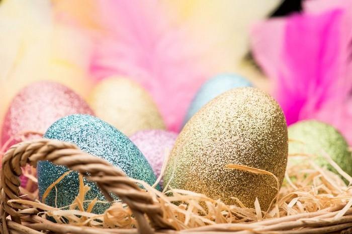 eier färben kinder eier färben mit kurkuma eier färben natur ostereier bemalen goldene ostereier färben mit brokat blau gold rosa in korb