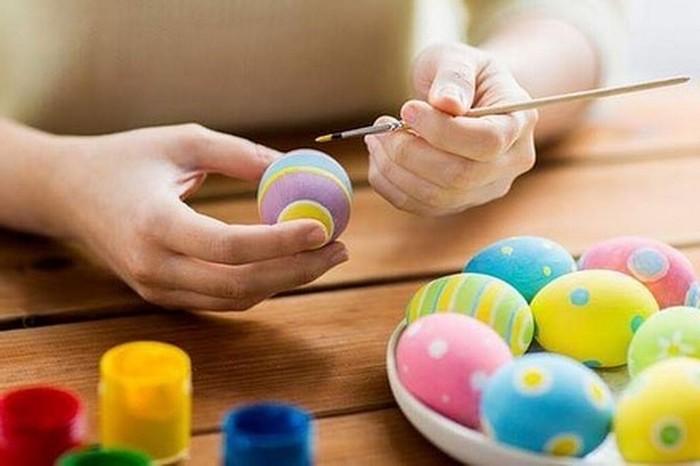eier färben kinder eierfarben selber machen eier färben mit zwiebelschalen kind malen ostereier neonfarben mit punkten