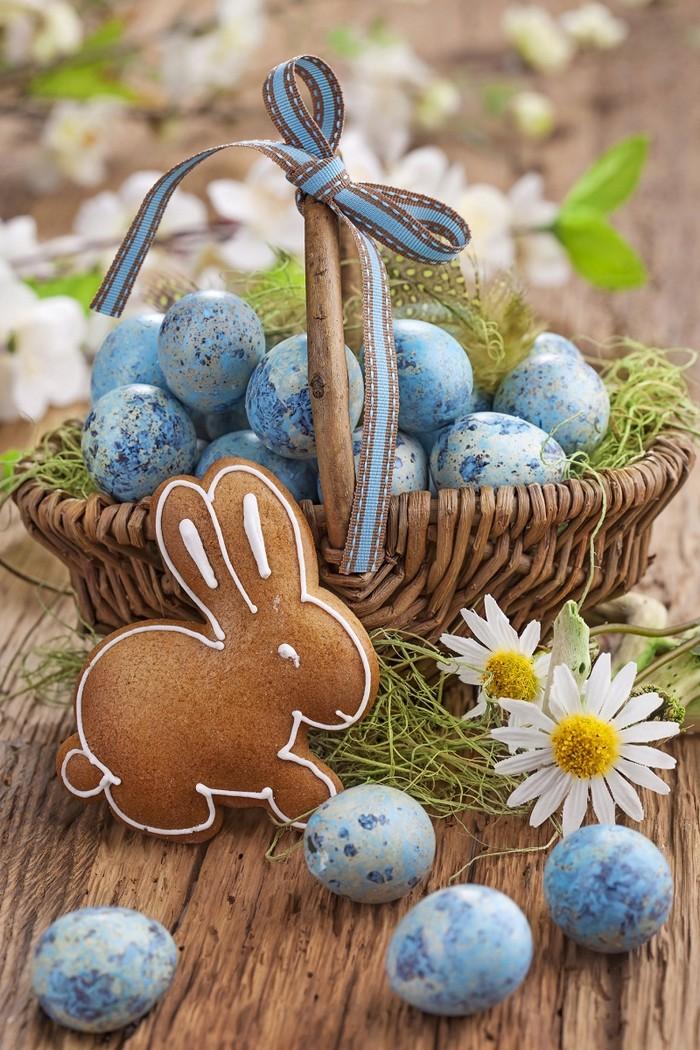 eier färben mit hausmitteln naturfarben gebrauchen ostereier bemalen eier färben naur korb mit blauen eiern hasekekse