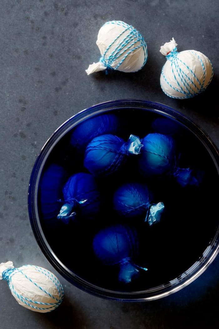 eier färben ostereier natürlich färben shibori technologie blaue farbe eier tauchen